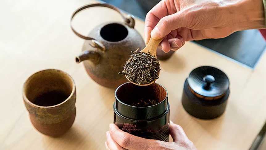 You will taste several kinds of teaGyokuro (high quality green tea),Sencha (the most popular green tea),Genmaicha (green tea mixed with roasted rice), and Hojicha (roasted green tea).